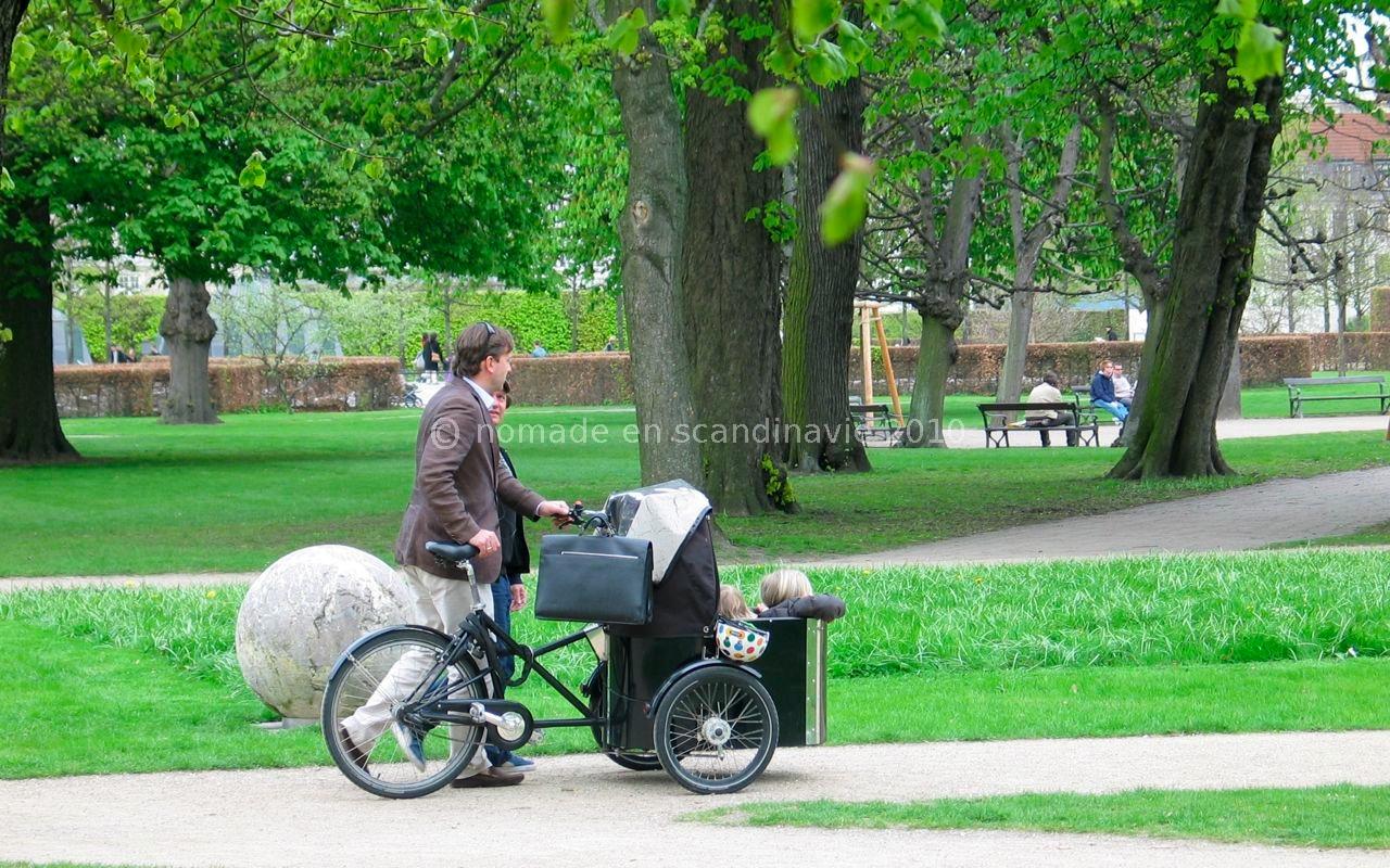 Le triporteur à tout faire, même transporter les enfants.