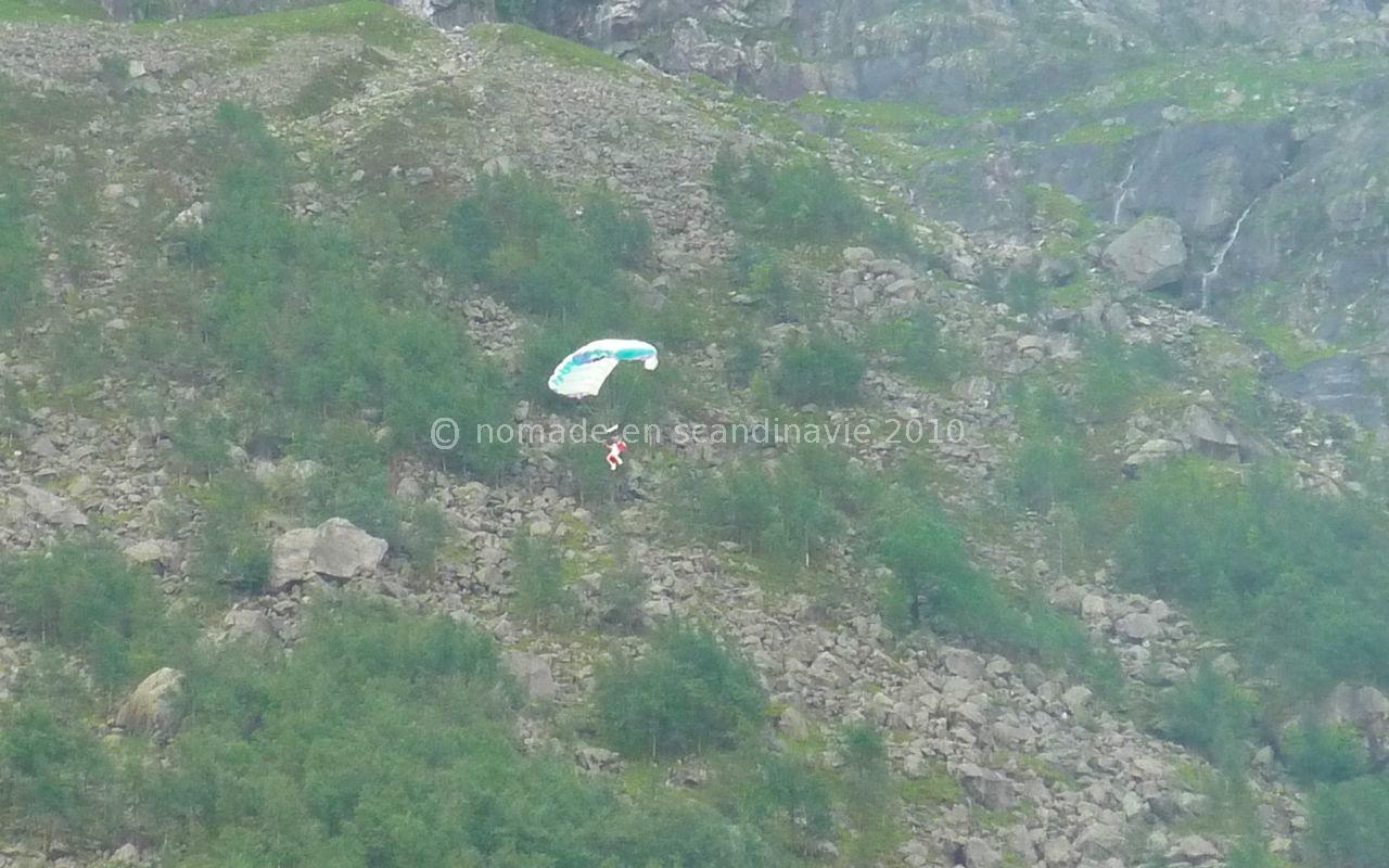 Les parachutistes sautent de près de 1000 m