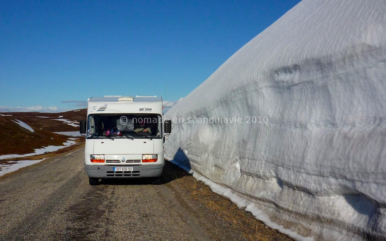La neige accumulée sur les bas-côtés atteint une hauteur impressionnante.
