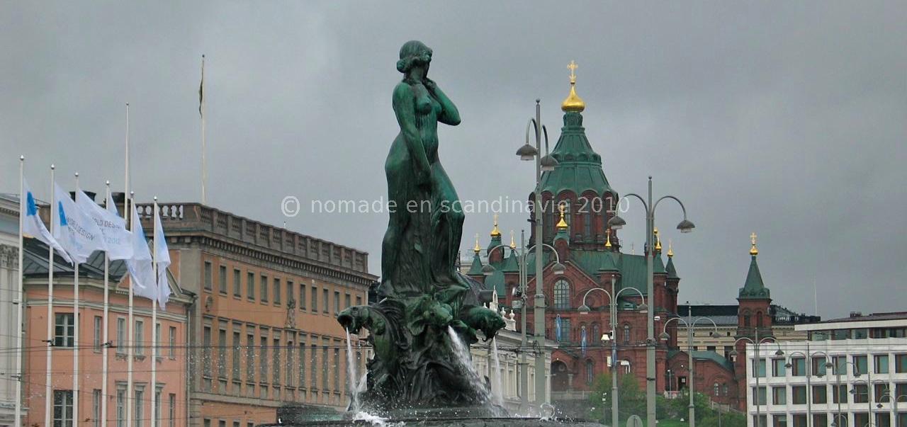 Helsinki, Statue d'Havis Amanda, au fond la cathédrale orthodoxe Ouspenski