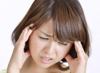 閃光の後に、強烈な片頭痛が起こり始めます。