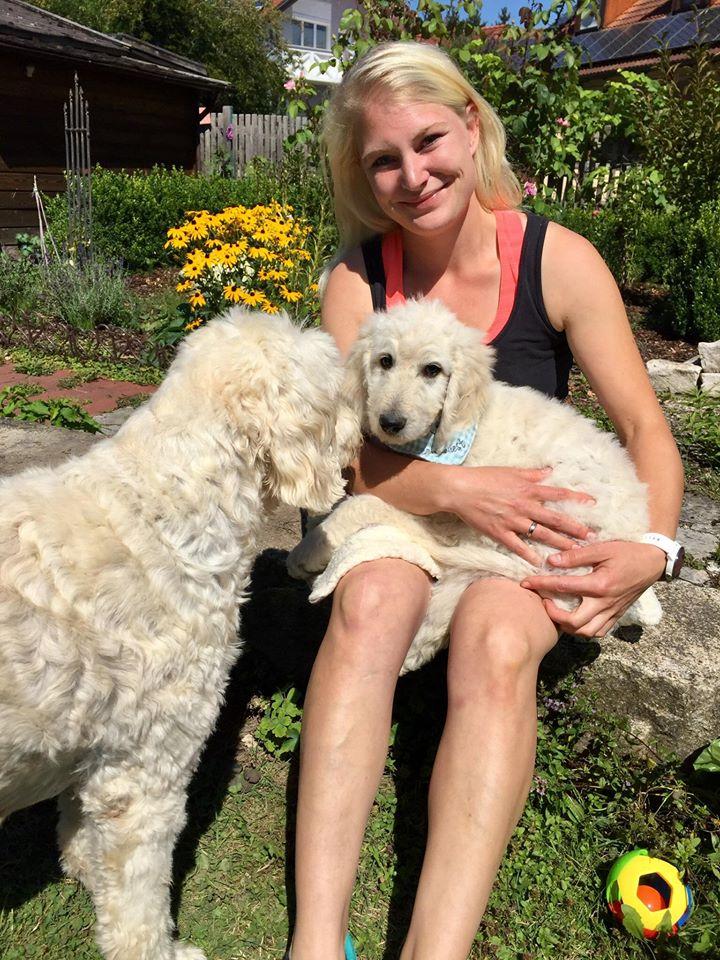 Anderl wohnt bei Sandra und ihrer Familie in der Salzburger Gegend und ist Biobauer und Physiotherapeuten Azubi