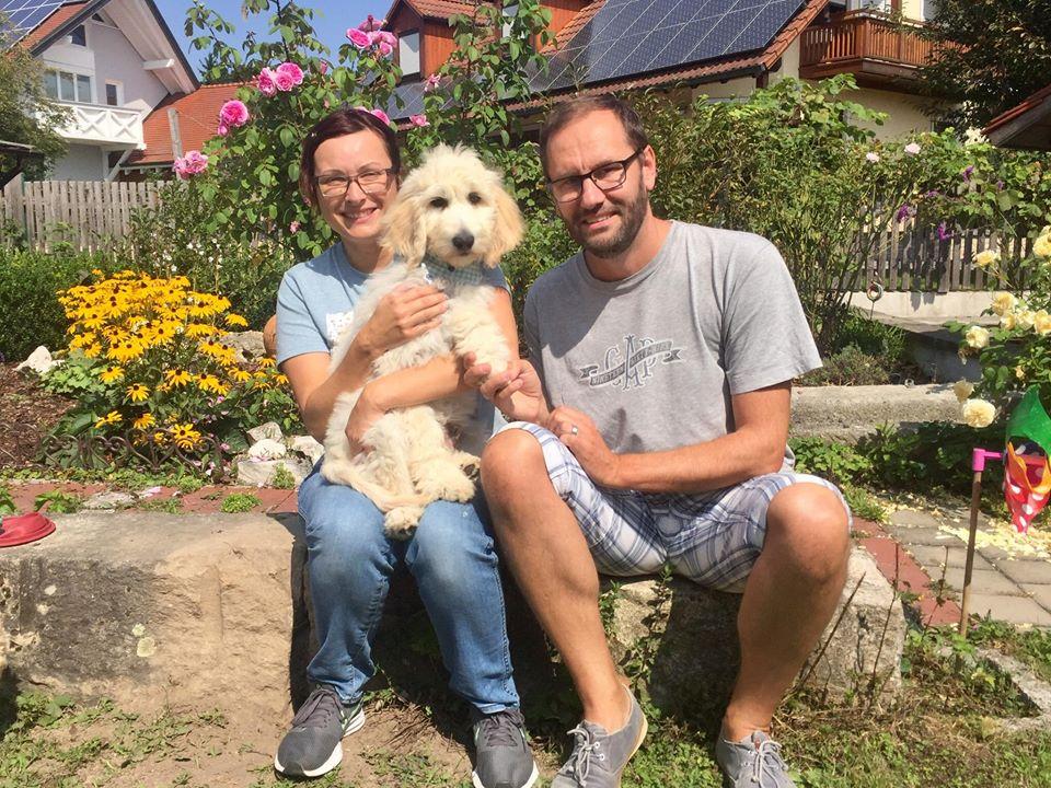 der Toni wohnt in der Nähe von Fulda bei Familie Fuchs und singt fröhlich beim Klavierspielen mit