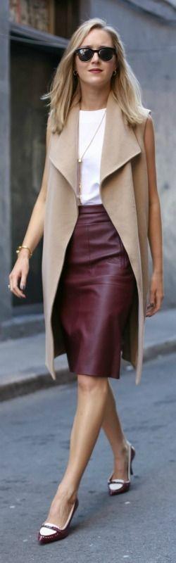 Jupe crayon bordeaux avec haut blanc et manteau sans manches - memorandum.com