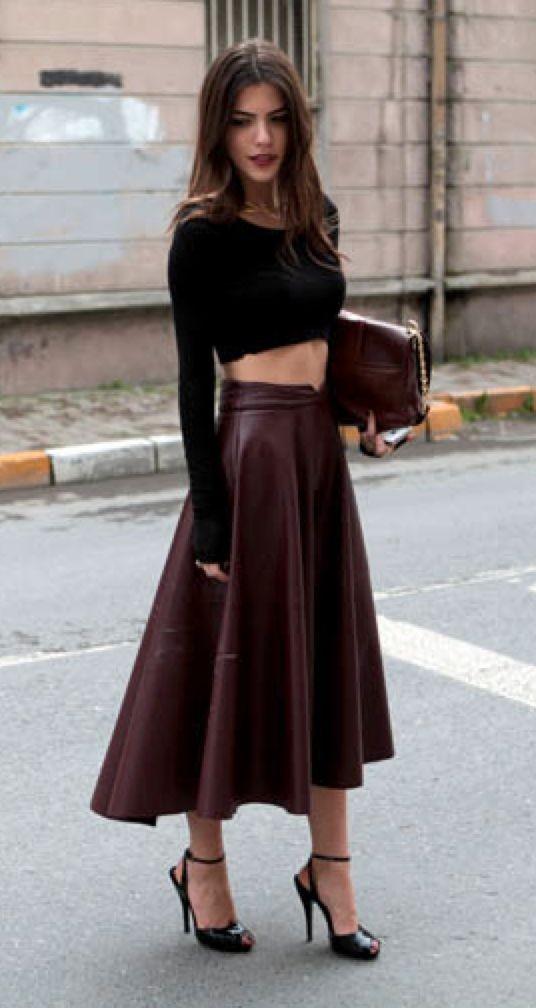 Cropped top noir avec jupe midi en cuir bordeaux - maritsa.co