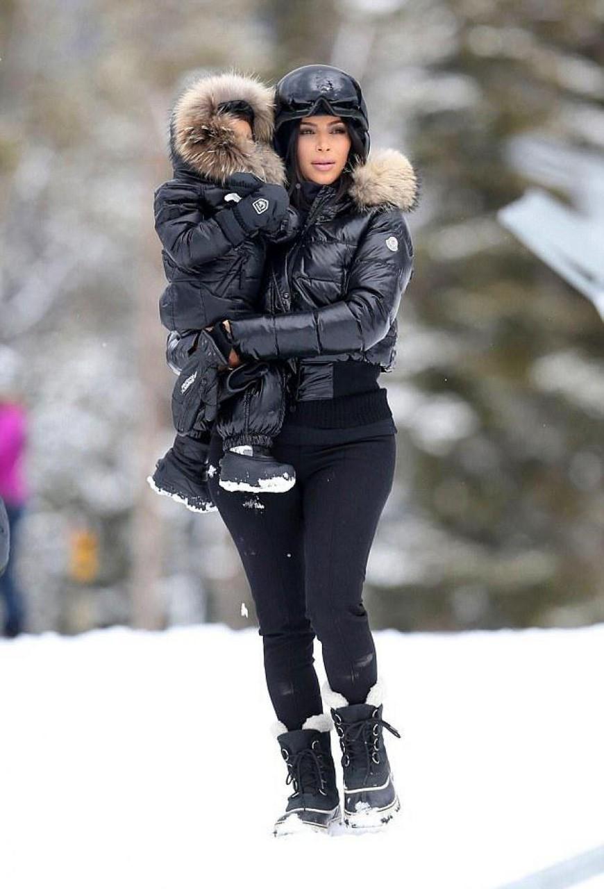 Kim Kardashian, chic toute en noire