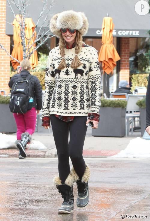 Elle Macpherson, fourrure, pull à motif et chemise à carreaux, le total look montagne!