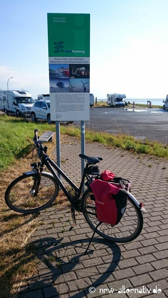 Emsradweg: Der Endpunkt liegt etwas unspektakulär am Emdener Aussenhafen. Danach sind es nur noch wenige Kilometer bis zum Emdener Bahnhof, wo Radler und Räder wieder nach Hause transportiert werden können.