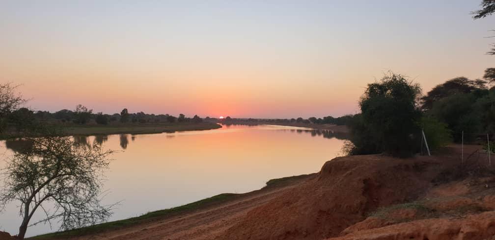Lever de soleil sur le fleuve Doué au campement de la bécassine
