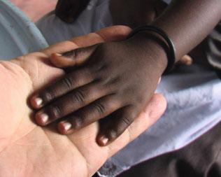 Die Hand von der kleinen Joy in der Hand von Hans Gnann