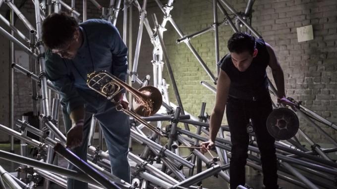 """Jeder Raum der Gewölbe im Einstein Kultur wurde für """"Mnemo/scene: Echos"""" anders gestaltet - das Baugerüst wurde als Perkussionsinstrument genutzt. (Foto: Franz Kimmel)"""