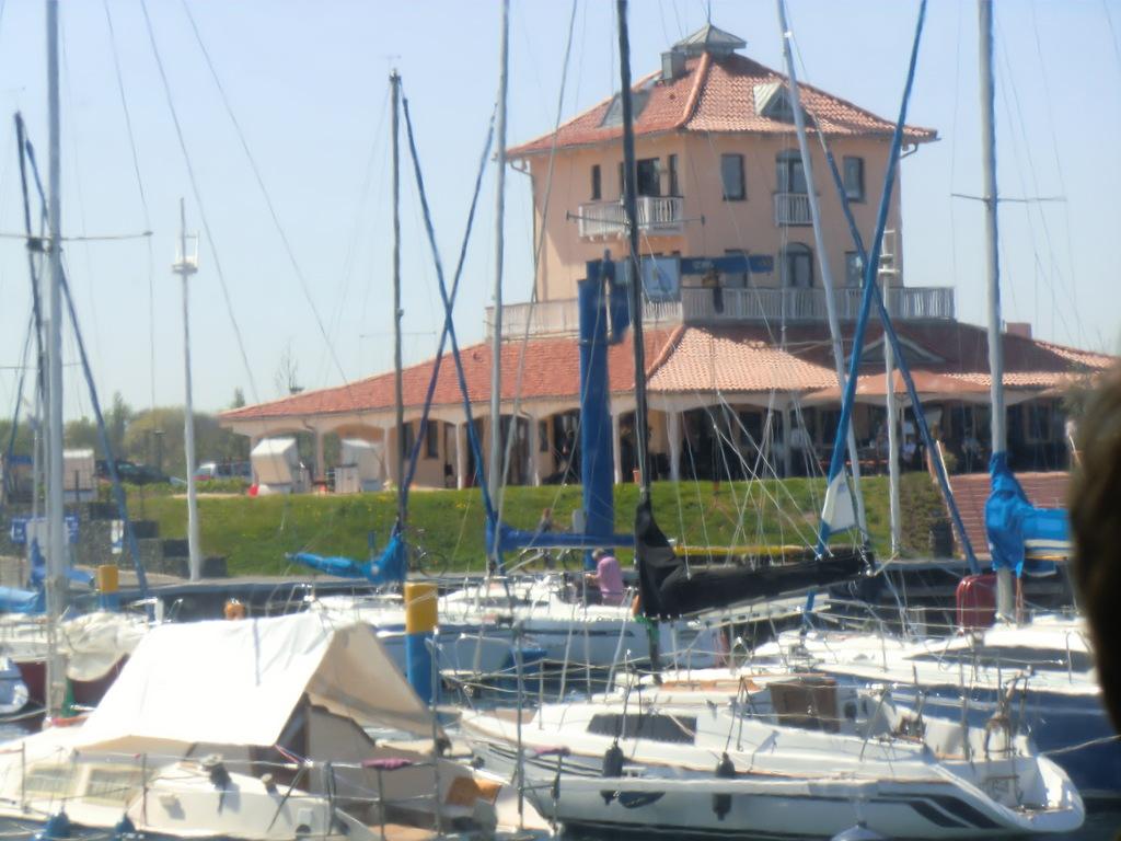 ... das neuste Flaggschiff am Ufer, die Seensucht, hier ist unsere Kaffeetafel gedeckt