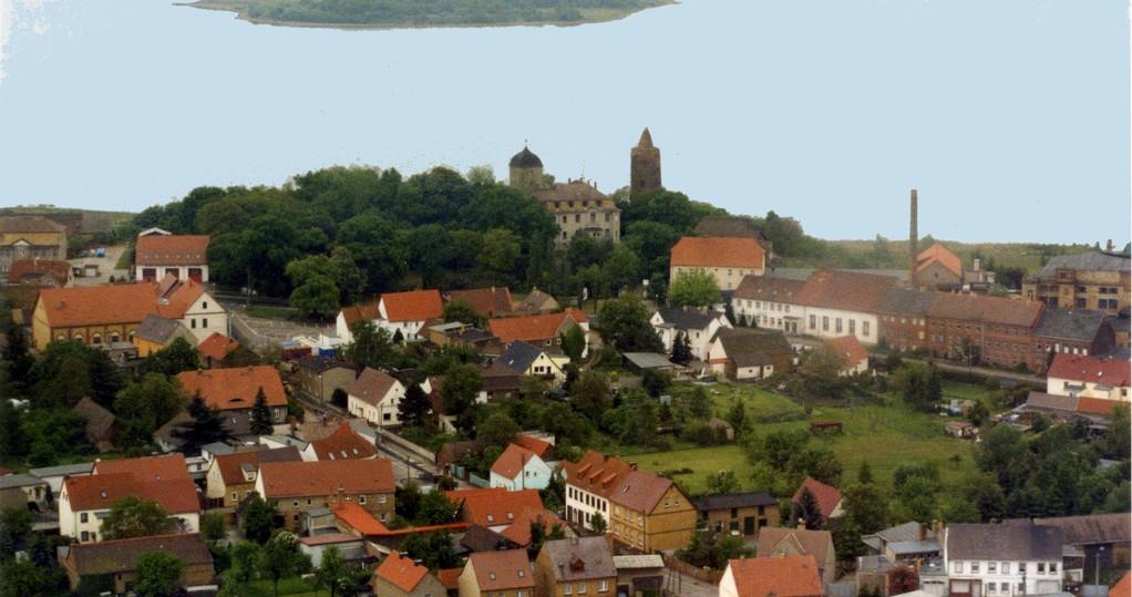 Der Dorfkern mit Schloss und Rotem Turm