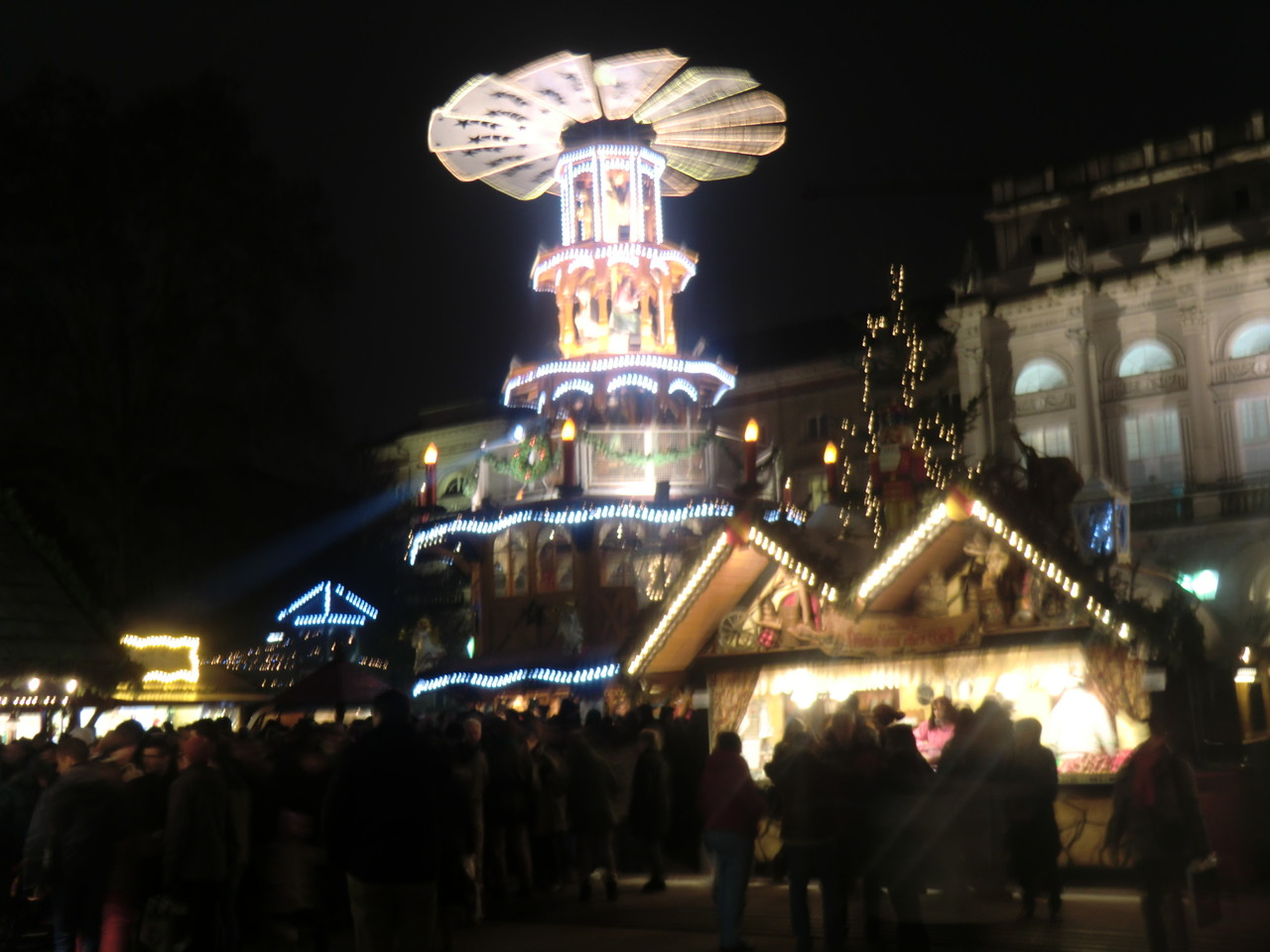 der Karlsruher Weihnachtsmarkt - am Abend hatt die Hütte gebrummt