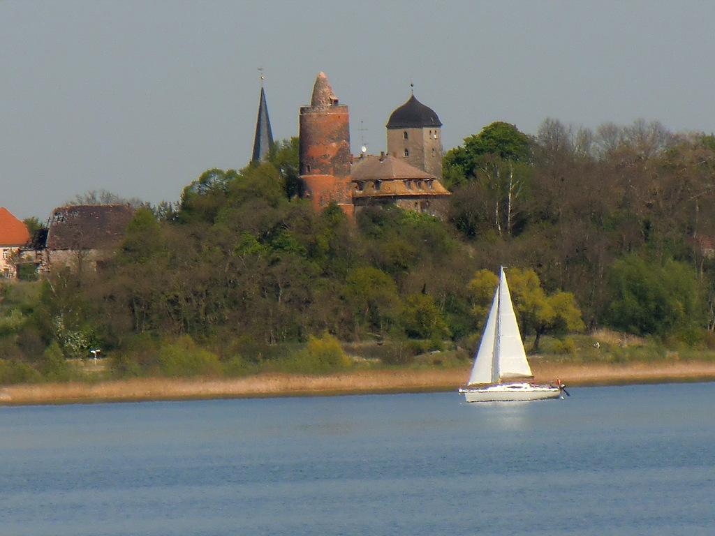 .... unser Roter Turm mit leerem Schloss