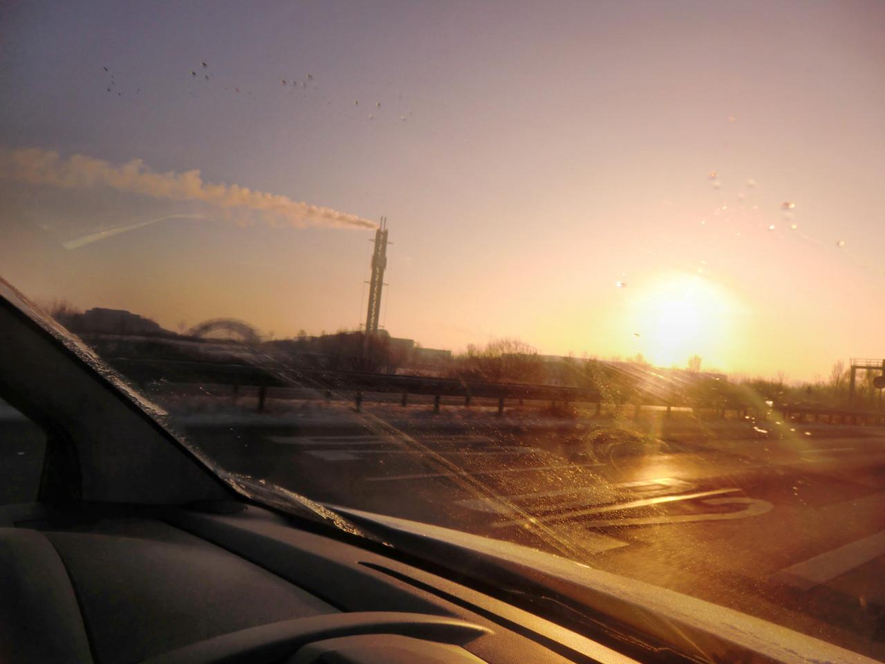 Bei Eiseskälte, die Sonne geht über Sachsen auf