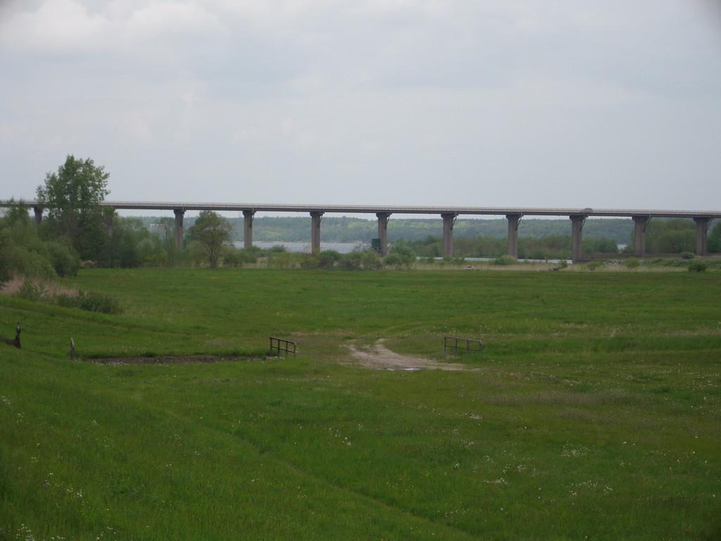über die Mulde spannt sicht die Brücke Richtung Dübener Heide (ihre Tage sind warscheinlich bis 2015 gezählt)