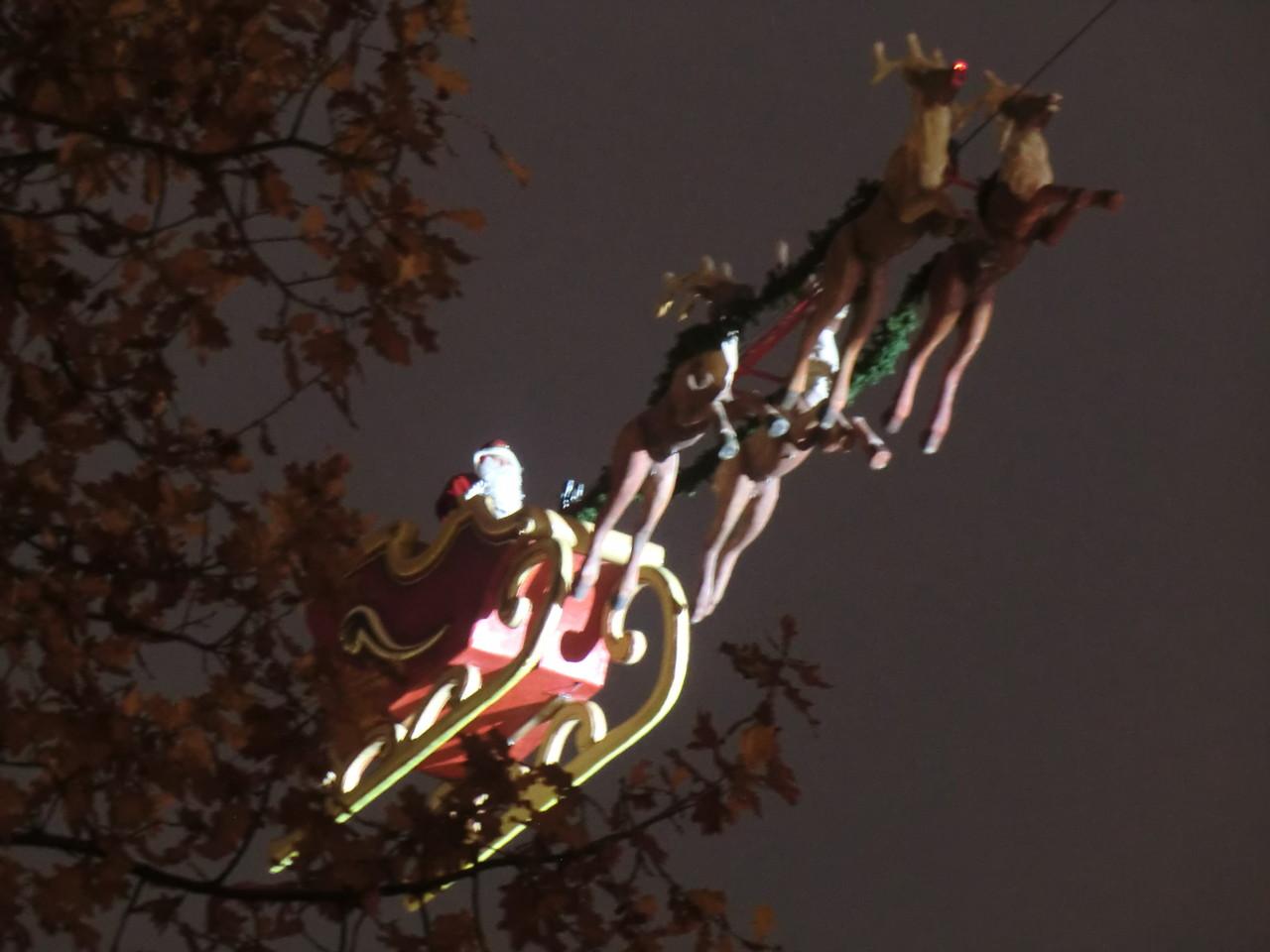 pünktlich 18.00 Uhr schwebt der Weihnachtsmann mit seinen Rentieren ein
