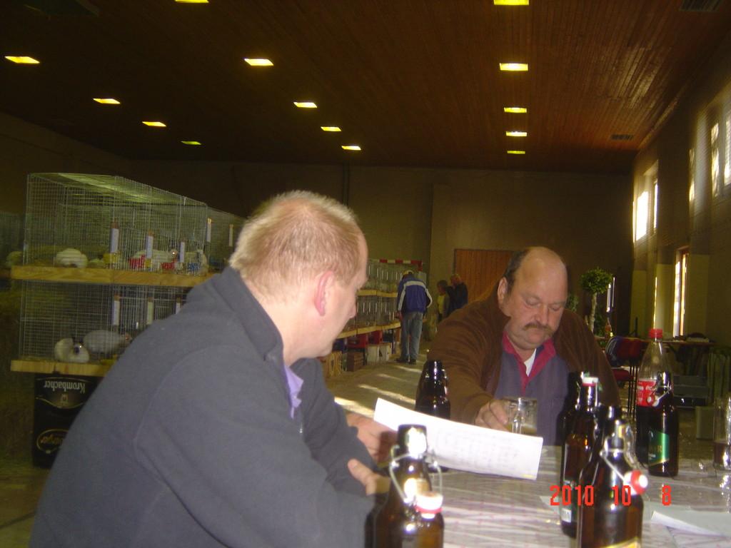 Unsere Nooarddeutschen Uwe und Wolfgang bewachen die Unterlagen.