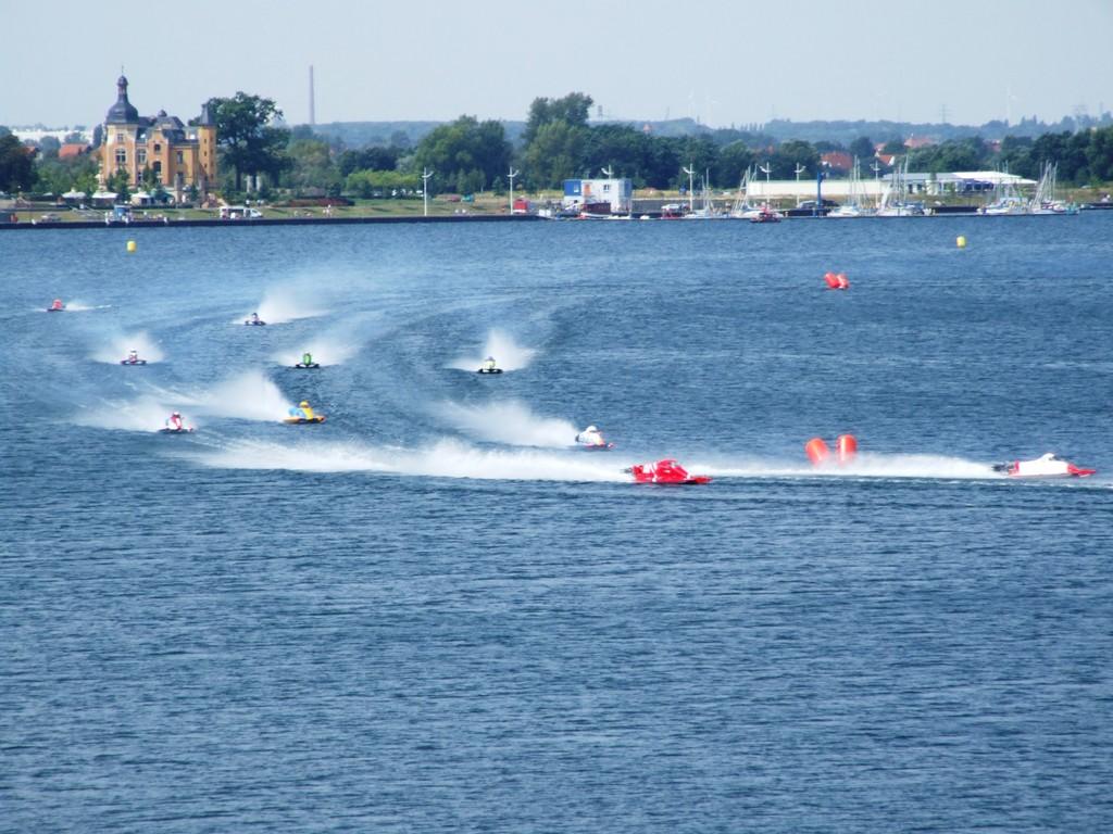 Mitte August findet jährlich das Goitzsche-Fest statt - Höhepunkt die Motorboot EM & WM Läufe