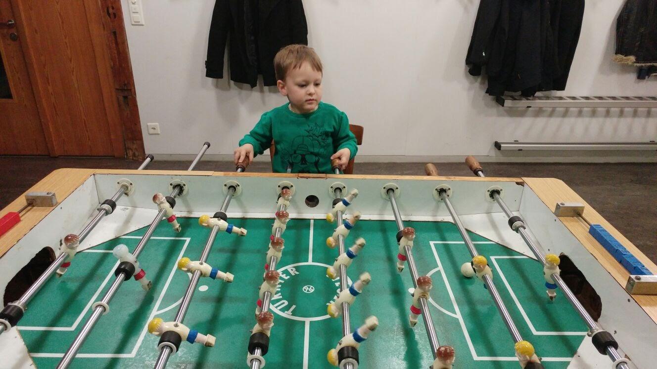 Bei Franzis Geburtstag hat Leano ein neues Spiel gefunden.