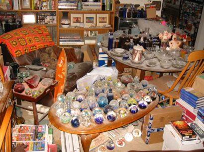 Manche Menchen sammeln Objekte, die keinen Nutzen haben. Teilweise geben sie viel Geld dafür aus. Die Anordnung und Pflege der gesammelten Objekte nimmt viel Zeit in Anspruch. Was ist die Motivation?