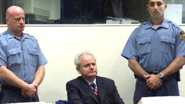 2001. Der ehemalige serbische Präsident Slobodan Milosevic als Angeklagter vor dem UN-Tribunal. (Milosevic stirbt vor dem Ende des Prozesses. Es gibt kein Urteil. Quelle FAZ)