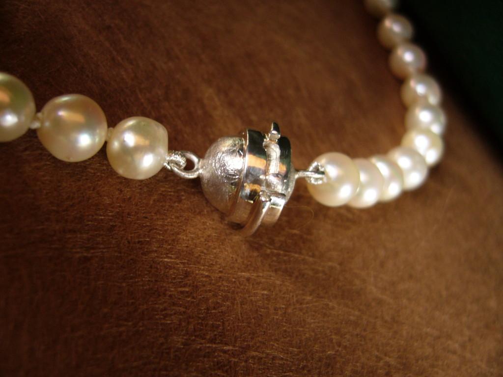 Anfertigung: Perlenkettenverschluß 925/- Sterlingsilber, Magnet. Zusätzlich wird der Verschluß durch Drehen und Untergeifen in die andere Form gesichert.