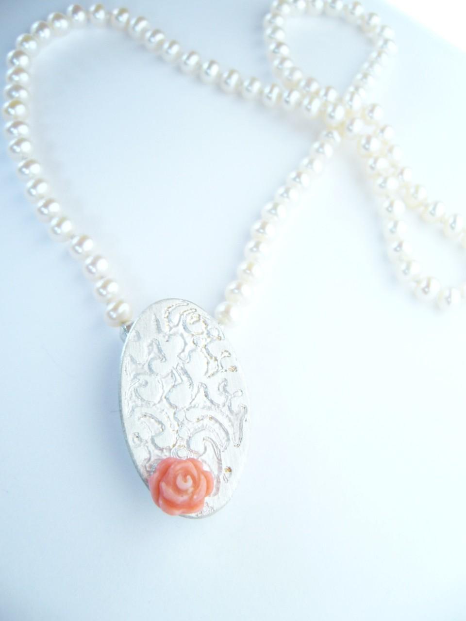 Kettenschließe, 925/- Sterlinsilber, geätzt, weißgesiedet, mit einer Korallenrose.
