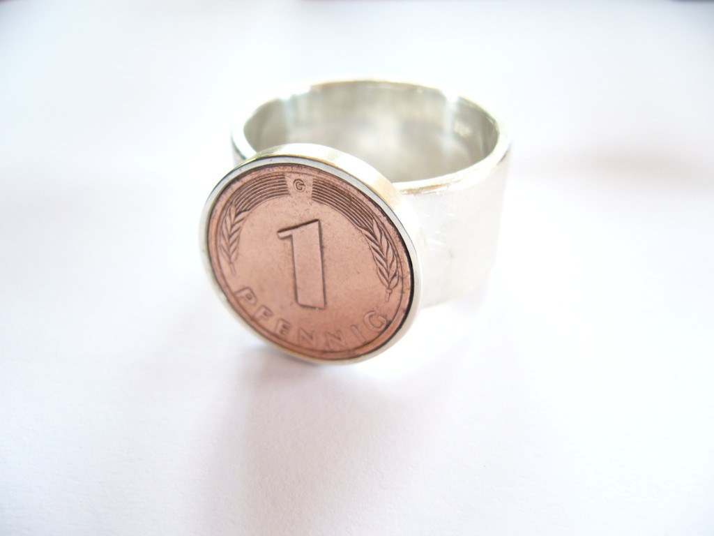 ....der Ring besteht aus 925/- Sterlingsilber und einem Pfennig.