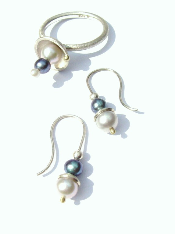 Verkauft: Ring und Ohrhänger, 925/- Sterlingsilber mit 750/- Gelbgoldkugel und Süßwasserzuchtperlen.