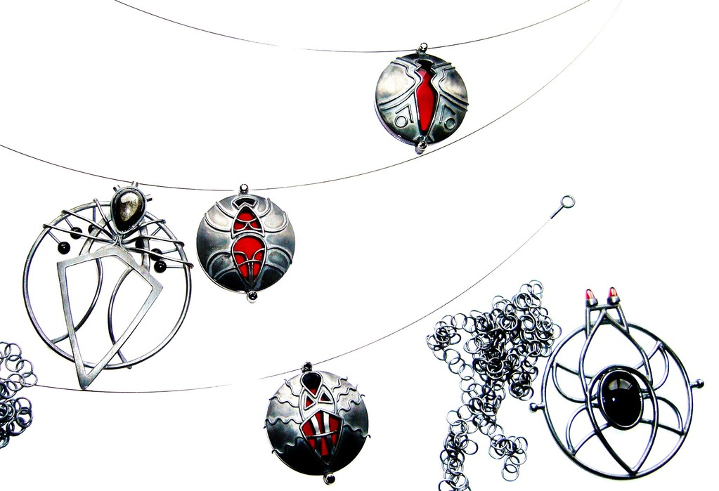 Stark stilisierte Insekten als Amulette, verarbeitet mit 925/- Sterlingsilber geschwärzt, 3 mit Acrylglas, 1 Großer mit Onyx, Granatkegeln, 1 Großer mit Silberobsidian und Onyxkugeln.