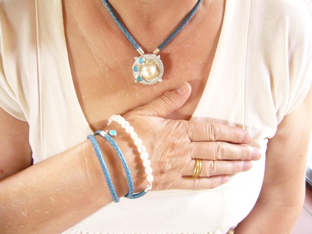 Anfertigung für eine Kundin. Eine ganz besondere Perle in Silber gefaßt mit Blue Sea Chalcedonen, die Kette ist Brosche und Kettenschließe zugleich. Getragen wird sie an einem Lederband. Das Armband ist mit den gleichen Materialien wie die Kette.