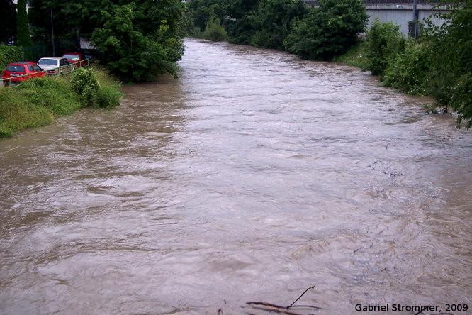 Wienfluss in Wien-Weidlingau zum Höhepunkt des Hochwassers vom 26. Juni 2009 um rund 20:20