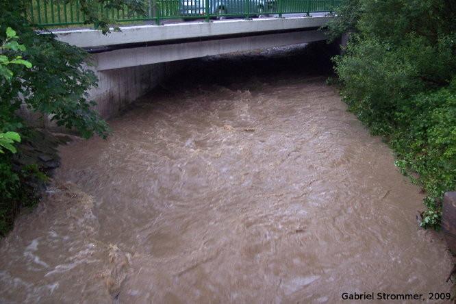 Hochwasser am Wolfsgrabenbach (Zubringerbach zum Wienfluss) am 26. Juni 2009