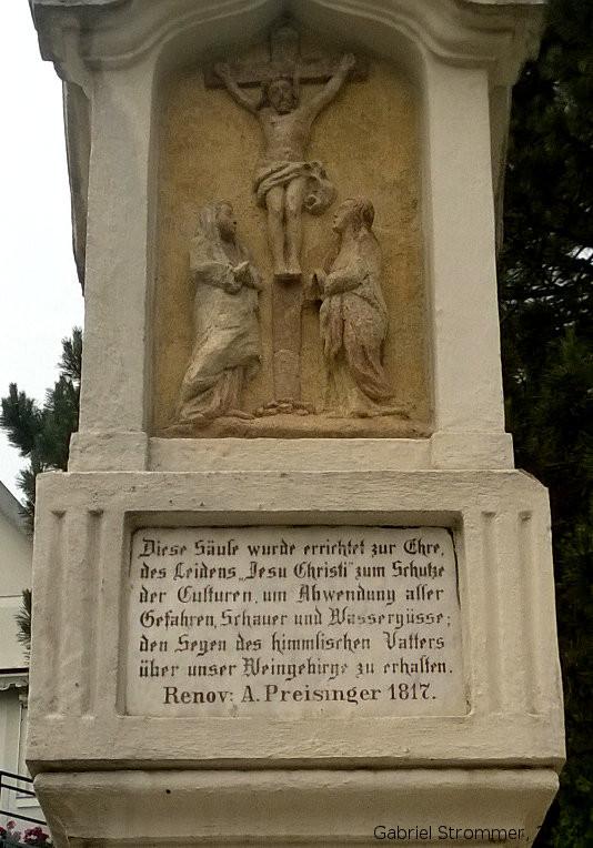 Alte Gedenksäule in der Nußberggasse (Nußdorf, Wien-Döbling), die der Abwehr von Hagel, Wolkenbrüchen und Wasserfluten aus den Weinbergen dienen soll