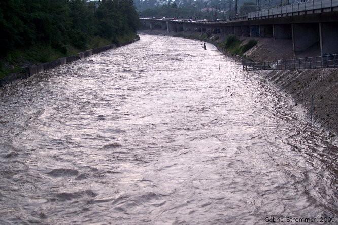 Hochwasser am Wienfluss am 26. Juni 2009 in Wien-Hütteldorf - mit dem überschwemmtem Wientalradweg im rechten Bildteil