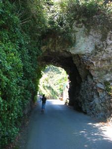 En passant sous les rochers