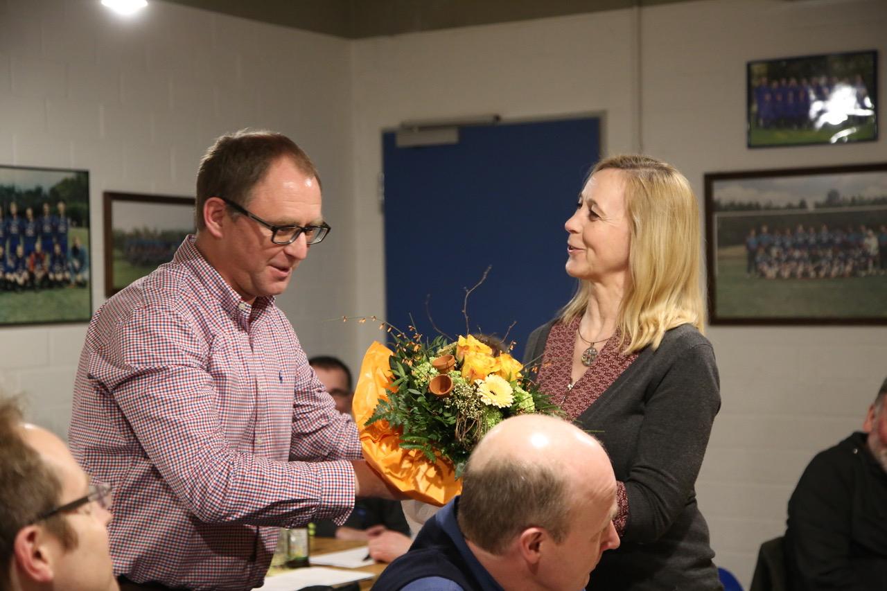 (von links stehend: 1. Vorsitzender Olaf Reitemeyer, Frau Sieger)