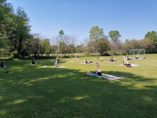 Sommertraining draußen, ohne Körperkontakt