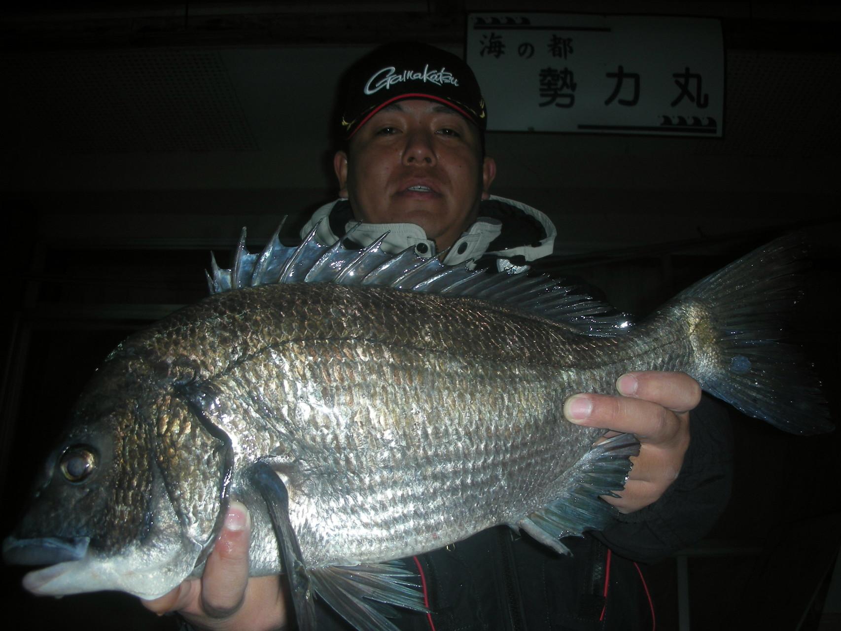 2月3日 磯釣りで石本 豊さん がバチヌ50.3㎝
