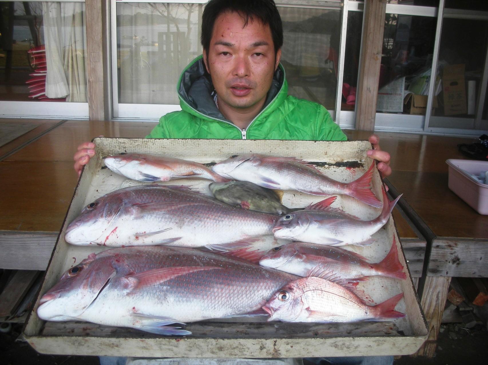 10月29日 船外機付きレンタルボートで谷口さん マダイ 58㎝・57㎝を頭に7匹