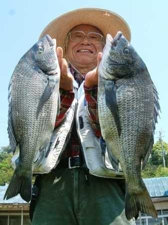 5月1日 ボートからフカセ釣り 三嶋さん 50㎝と43㎝