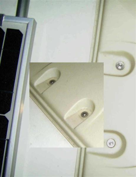 Orginal: pro Griff zwei Keuzschlitzschrauben, diese Schrauben gelöst, Später durch VA-Senkkopfschrauben und Muttern ersetzt.