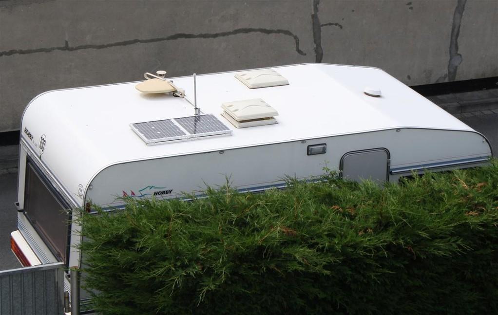 Zwei 25 Wp Panele fest auf dem Dach montiert...
