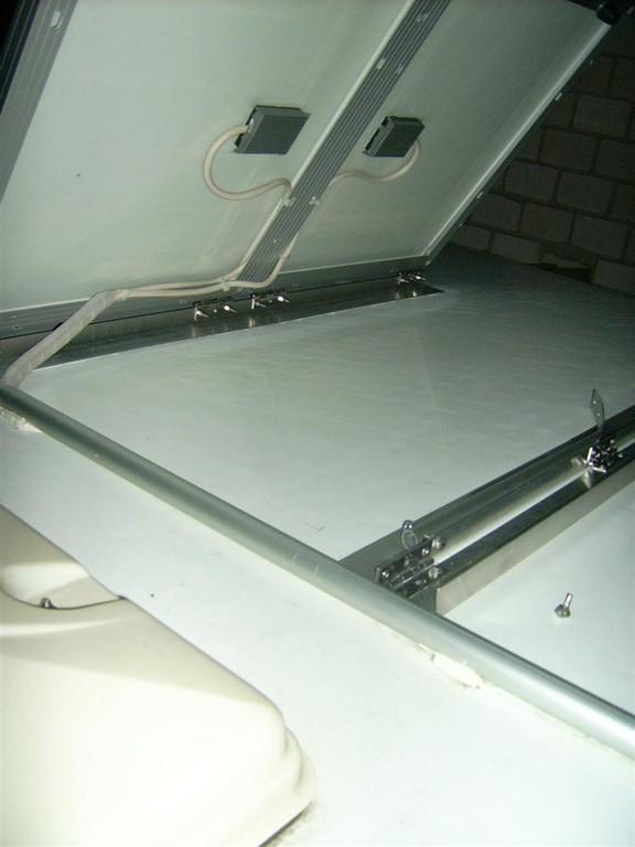 Solarpanele hochgeklappt. Die am Unterwinkel befestigte Stütze wird sichtbar.