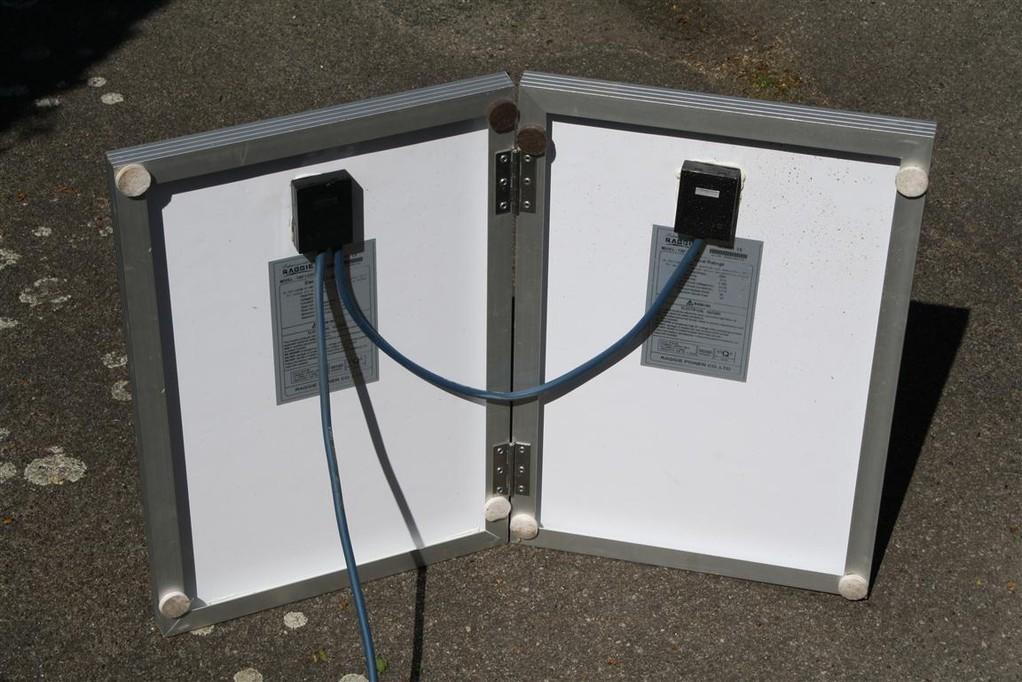 Zwei 20Wp Module mit Scharnieren verbunden...