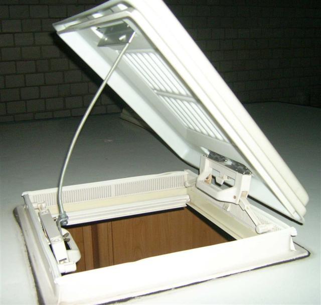 Die Aufstellstange wird oben in dem Aluwinkel eingehakt und unten wird der Blechwinkel mit einer Flügelmutter auf dem Stehbolzen gesichert. Den Einsteigetritt innen unter die Luke gestellt und ich kann durch die Dachluke das Solarpanel aufstellen.