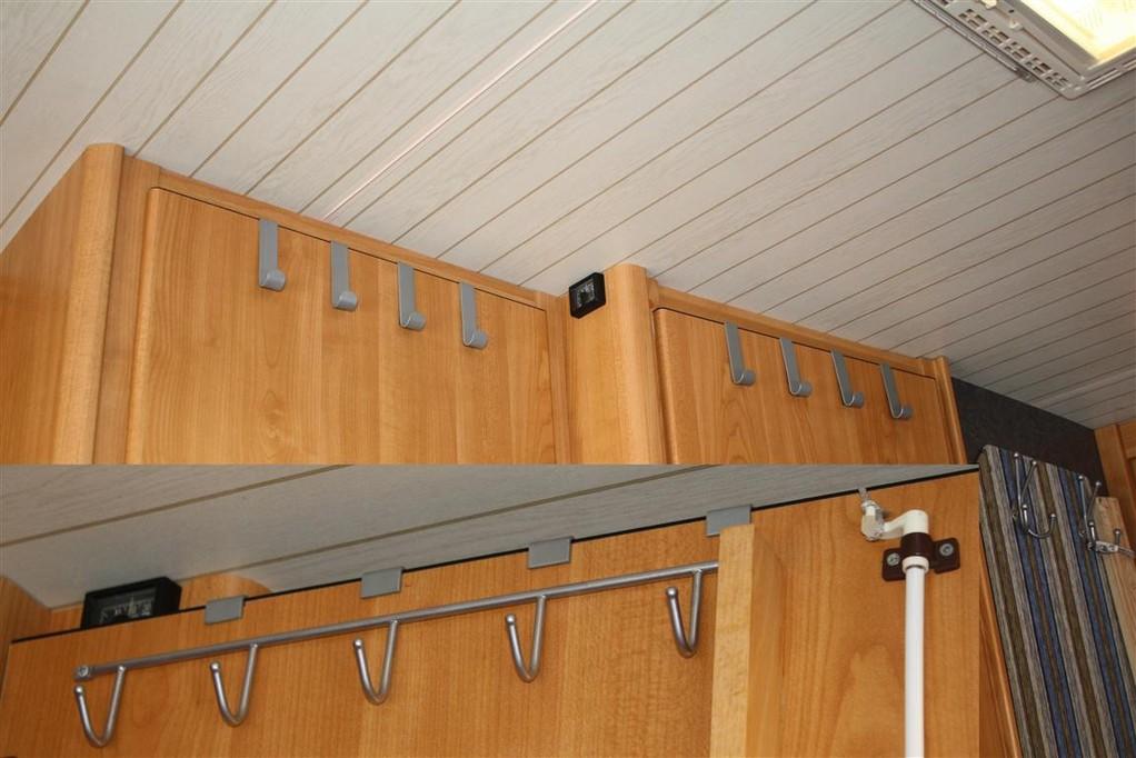 Hängehaken von oben mit der Tür verschraubt