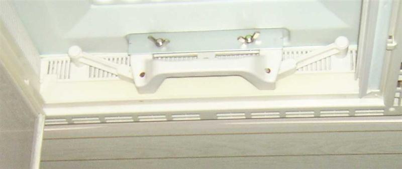 Der Winkel wird  mit ein oder zwei Flügelschrauben auf den Stehbolzen gesichert.